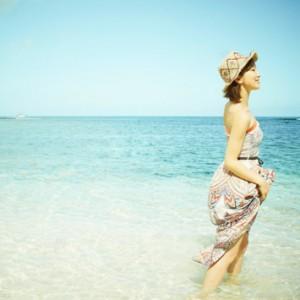 海に入る女性